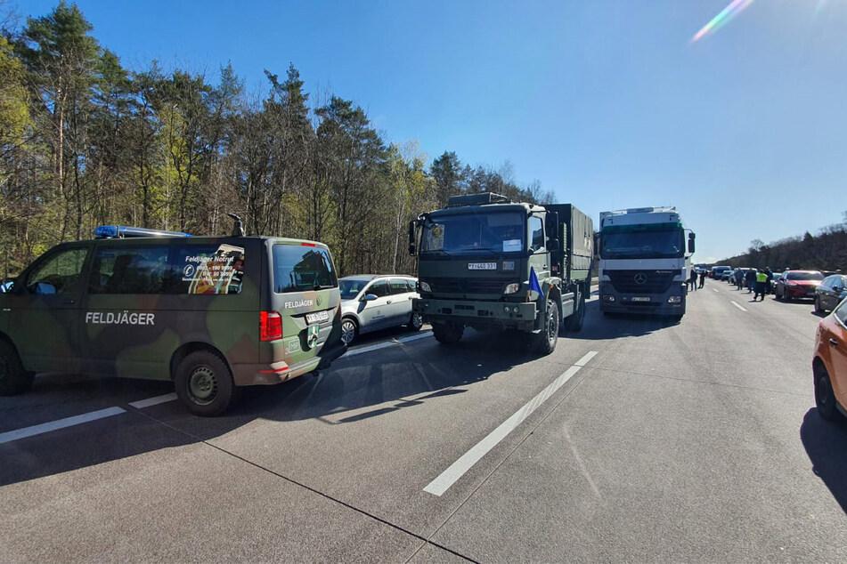 Ein Fahrzeug der Feldjäger steht nach einem Unfall auf der A2 vor einer Kolonne mit Bundeswehr-Fahrzeugen.