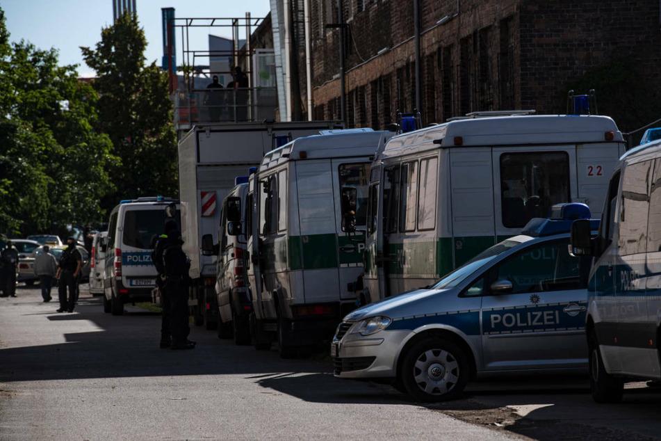 In Berlin werden immer wieder Razzien bei mutmaßlichen Corona-Betrügern durchgeführt, wie hier im Juni 2020 in Tempelhof. Allein in der Hauptstadt soll es bisher mehr als 10.000 Betrugsfälle gegeben haben.
