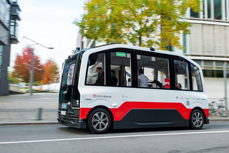 Die ersten Fahrgäste können seit Freitag mit dem autonomen Shuttle der Hamburger Hochbahn fahren.