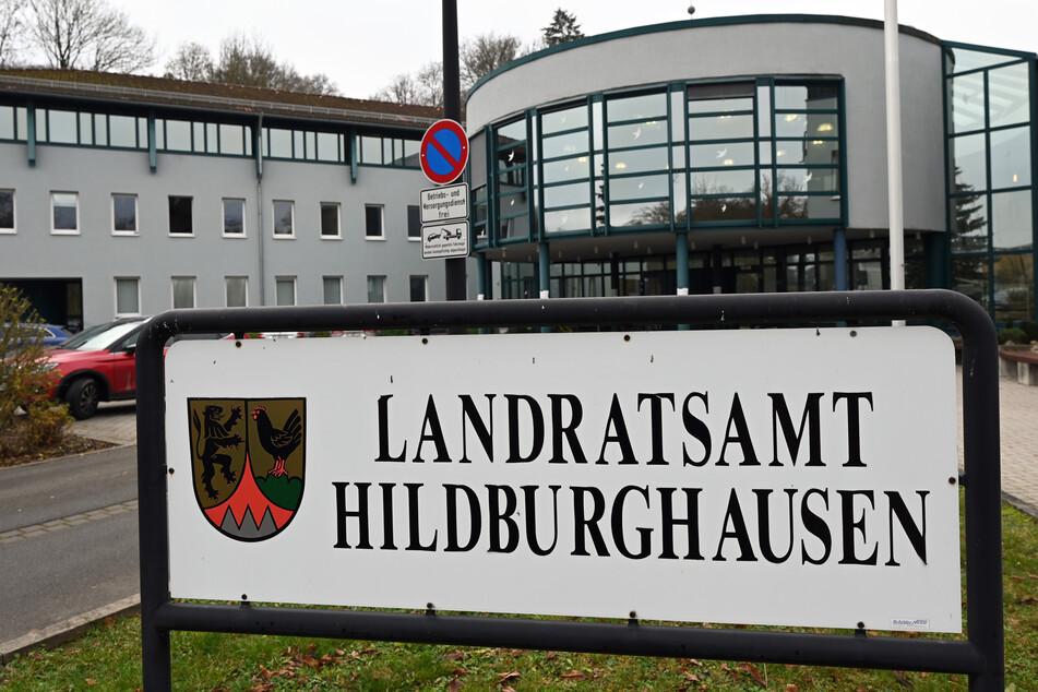 """""""Landratsamt Hildburghausen"""" steht auf einer Tafel vor dem Gebäude."""
