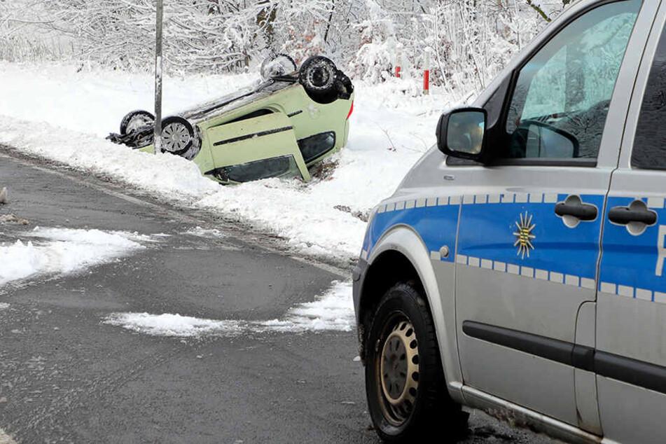 Renault überschlägt sich und bleibt auf Dach liegen: Fahrerin verletzt
