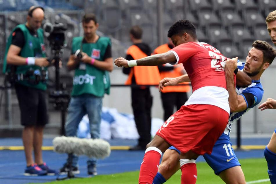 Der brasilianische VfB-Verteidiger Ailton im Zweikampf.