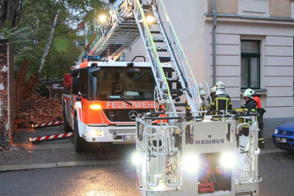 Die Feuerwehr musste vorsorglich zwei Bäume fällen.