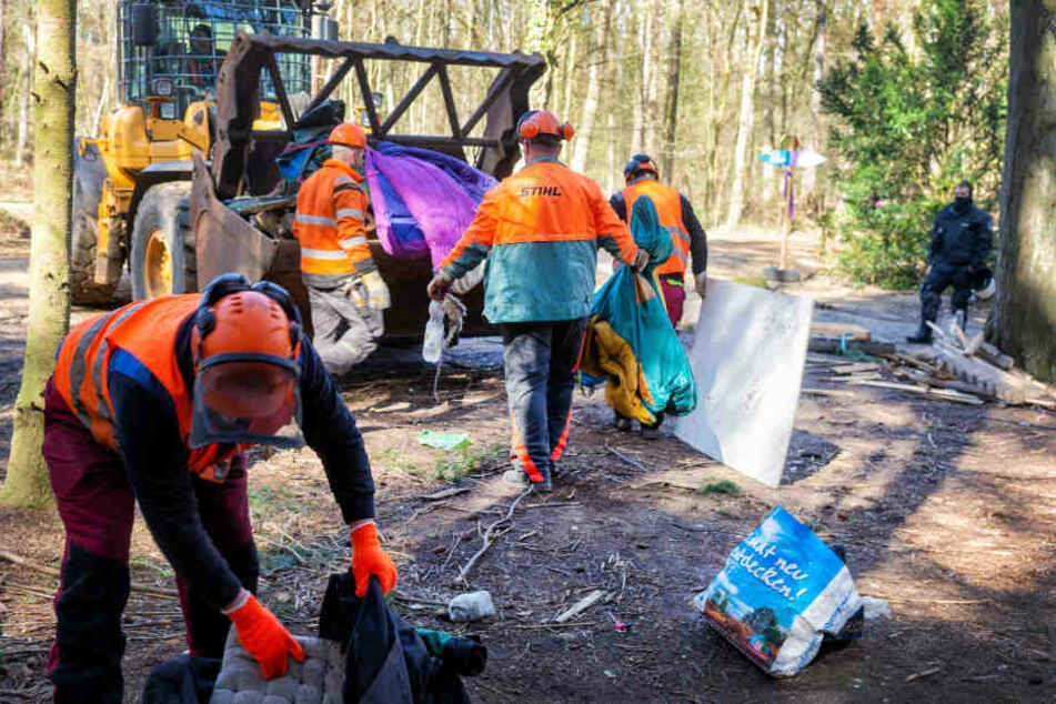 RWE-Mitarbeiter räumten Müll und Zeug der Besetzer aus dem Naturwald.