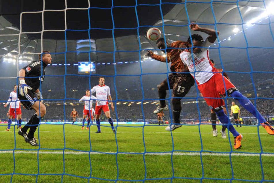 Gerald Asamoah (2.v.r) erzielt den Treffer zum 0:1 neben Ze Roberto (r) und Torwart Frank Rost (l) vom HSV. (Archivbild).