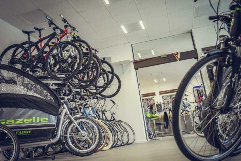 Man kann sein Bike zwar durchaus online kaufen. Aber zunächst sollte man sich vor Ort zumindest fachlich beraten lassen.