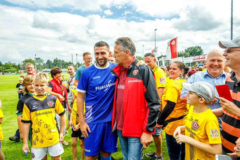 Nach dem Abpfiff hatte Torsten Mattuschka (blau) besseres Trikot als sein Ex-Coach Uwe Neuhaus (rechts daneben).