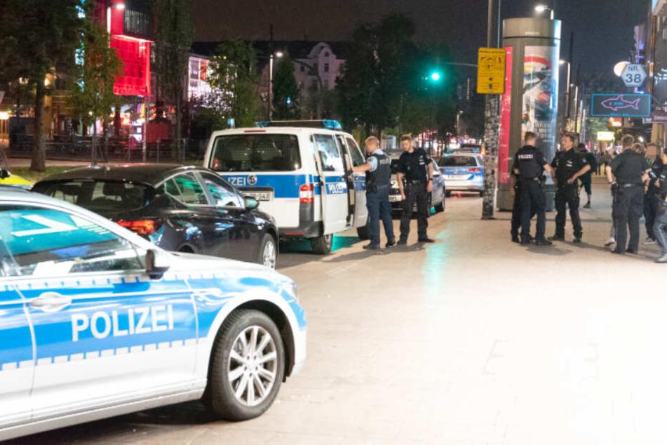 Zahlreiche Polizisten suchten die Umgebung ab.