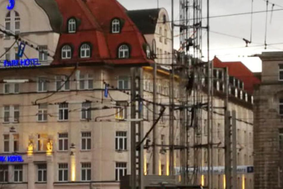 Der Mann kletterte mehrere Meter an dem LVB-Turm hoch.