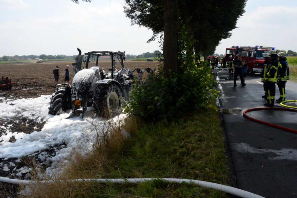 Die Feuerwehr wurde wegen eines brennenden Traktors alarmiert.