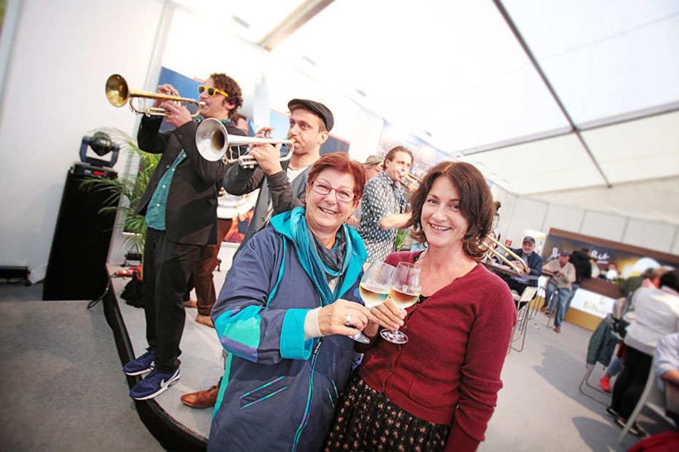 Flohen vor den Pöblern am Theaterplatz, feierten im Rheinland-Pfalz-Zelt an  der Ländermeile weiter: Daniela Zimmermann (44) mit Mama Charlotte (64).