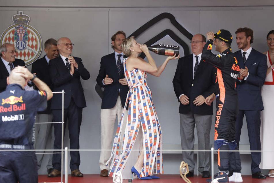 Formel-1-Sieger Daniel Ricciardo verführte Fürstin Charlène nach dem Grand Prix zu einem Schluck aus der Champagner-Flasche.