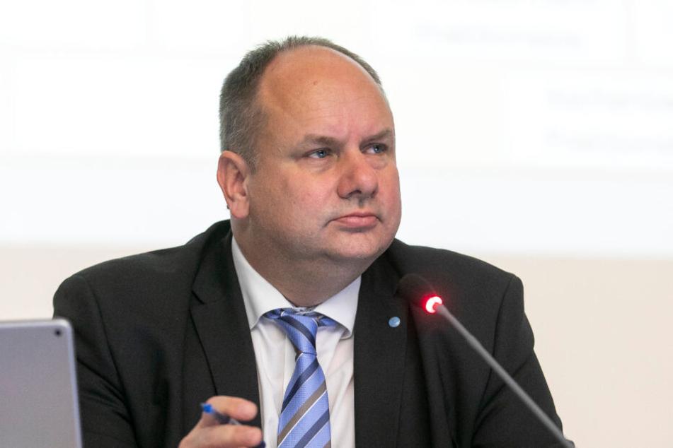 Ernste Miene bei Dresdens Oberbürgermeister Dirk Hilbert (48, FDP). Er sieht sich jetzt mit ersten Rücktrittsforderungen konfrontiert.
