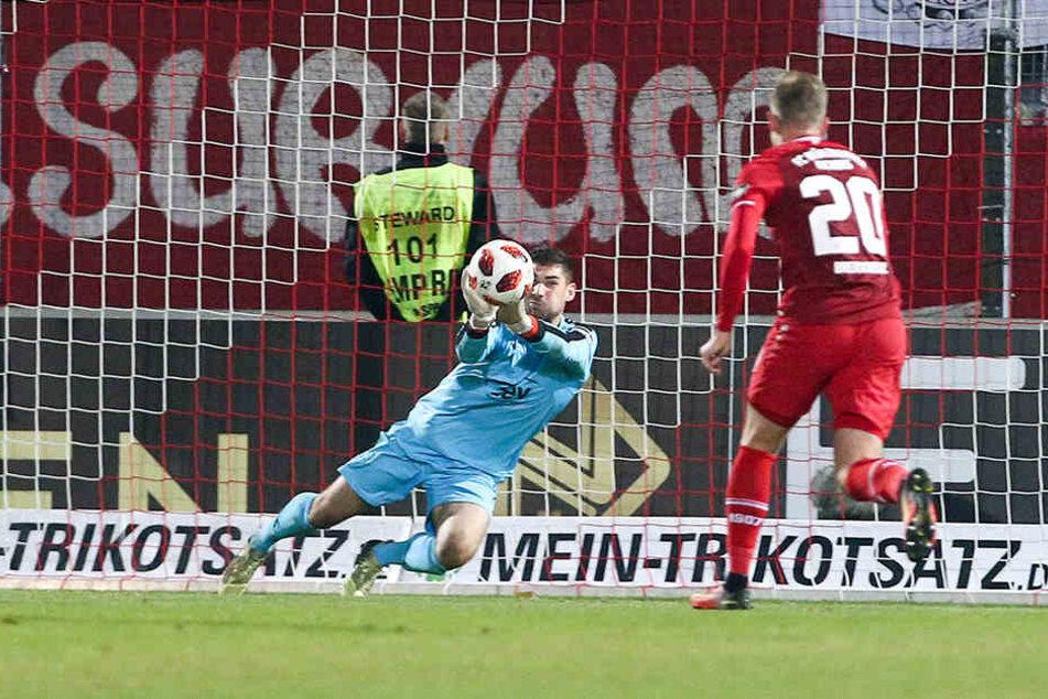 Hier pariert FSV-Schlussmann Johannes Brinkies einen Ball, verlebte ansonsten aber in Würzburg einen ruhigen Abend.