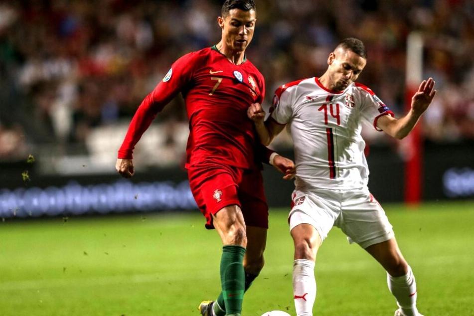 Nach einem Laufduell mit Cristiano Ronaldo (li.) ging es für Mijat Gacinovic nicht mehr weiter.