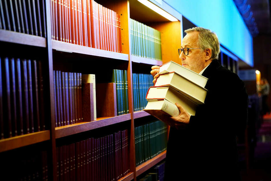 Jean-Michel Rouche (Fabrice Luchini) macht sich selbst auf in die Bibliothek der abgelehnten Bücher, um Hinweise zu finden.