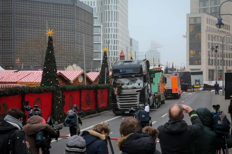 Der Lkw wurde am Mittwoch vom Ort des Anschlags abgeschleppt.