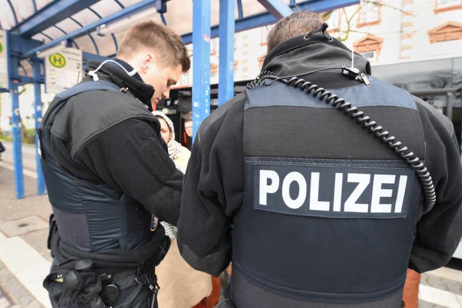 Oft werden Schwarzfahrer aggressiv und schlagen Kontrolleure sogar, dann muss die Polizei einschreiten.