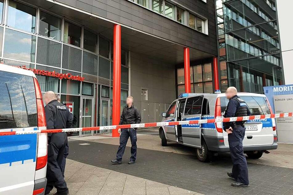 Die Polizei musste den Moritzhof mit Sparkasse und Jugendamt sechs Mal räumen.