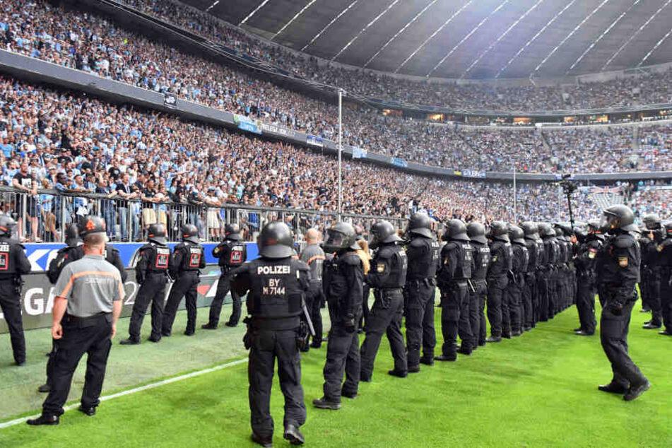 Das Unterstützungskommando kommt unter anderem bei Fußball-Spielen zum Einsatz. (Symbolbild)