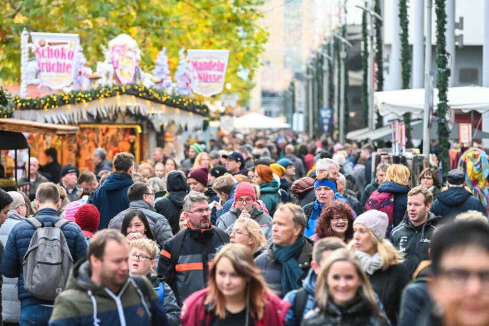 Menschen-Massen Samstag auf der Prager Straße. Alle wollen Weihnachtseinkäufe machen und bummeln.