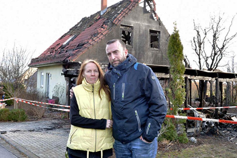 Jacqueline (47) und Matthias Naumann (43) vor den Trümmern ihres abgebrannten Hauses.