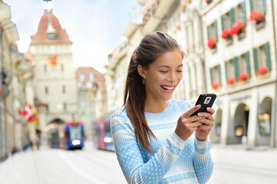 Kopf leicht gesenkt: So schauen die meisten wohl auf ihr Smartphone.