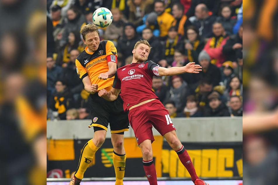 Dieses Kopfballduell mit Hanno Behrens (r.) konnte Marco Hartmann für sich entscheiden. Vorm Ausgleich des Nürnebergers rutschte Dynamos Kapitän leider weg.