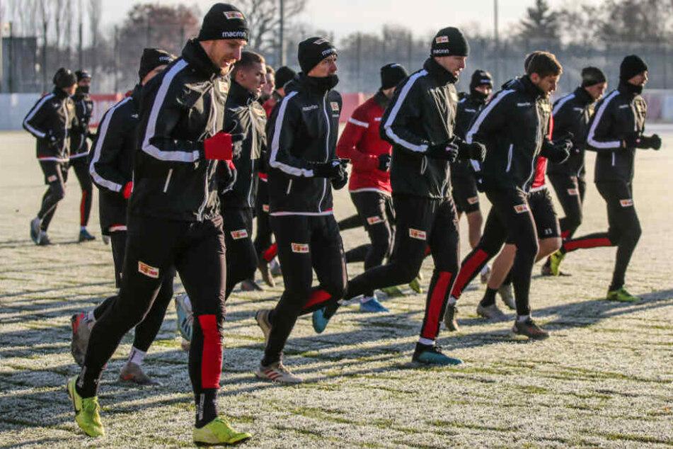 Die Teamkollegen von Sebastian Polter (l) laufen sich warm.