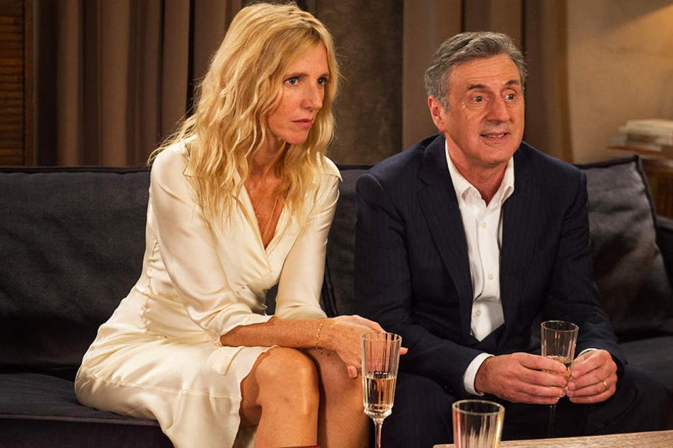 Isabelle (l., Sandrine Kiberlain) ist von dem Abendessen mit Patrick (Gerard Depardieu) und dessen schöner neuer Freundin Emma (Adriana Ugarte) alles andere als begeistert. Daniel (r., Daniel Auteuil) ist dagegen hin und weg.