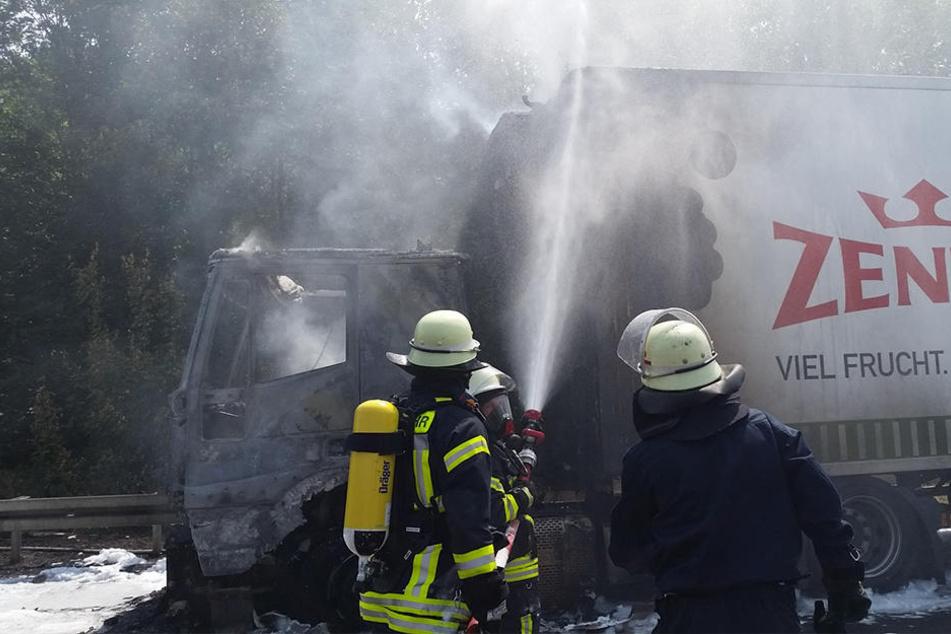 Das Feuer war von der Fahrerkabine auf den Auflieger gewandert.