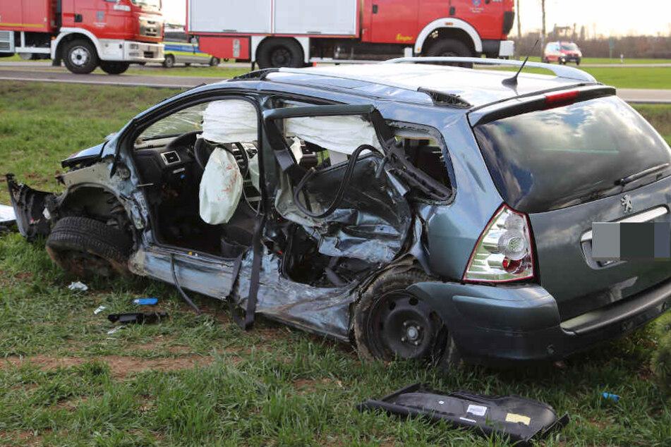 Neide Autofahrer wurden bei dem Unfall eingeklemmt und mussten aus ihrem Fahrzeug befreit werden.