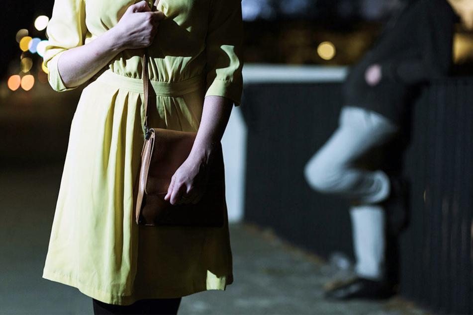 Mehrere Männer überfallen junge Frau in der Dunkelheit