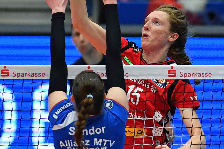 Kadie Rolfzen (hint., gegen Renata Sandor) war bei der 2:3-Heimniederlage heute vor einer Woche die DSC-Topscorerin.