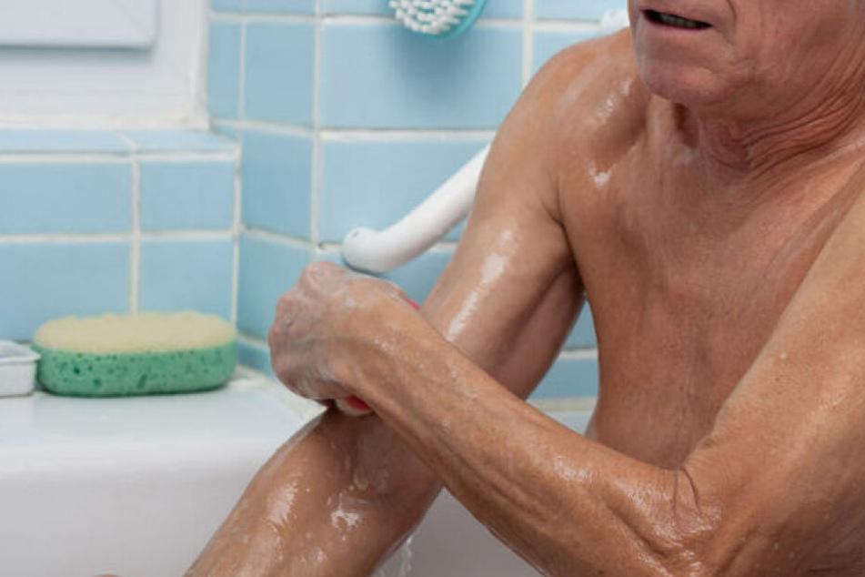 Ein 82-jähriger Mann ist in einem Pflegeheim in Dessau-Roßlau (Sachsen-Anhalt) beim Baden schwer verbrüht worden. (Symbolbild)