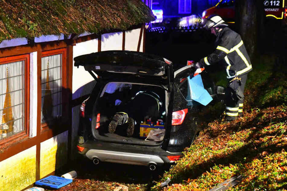 Die Feuerwehr konnte nur durch den Kofferraum an den Fahrer gelangen.