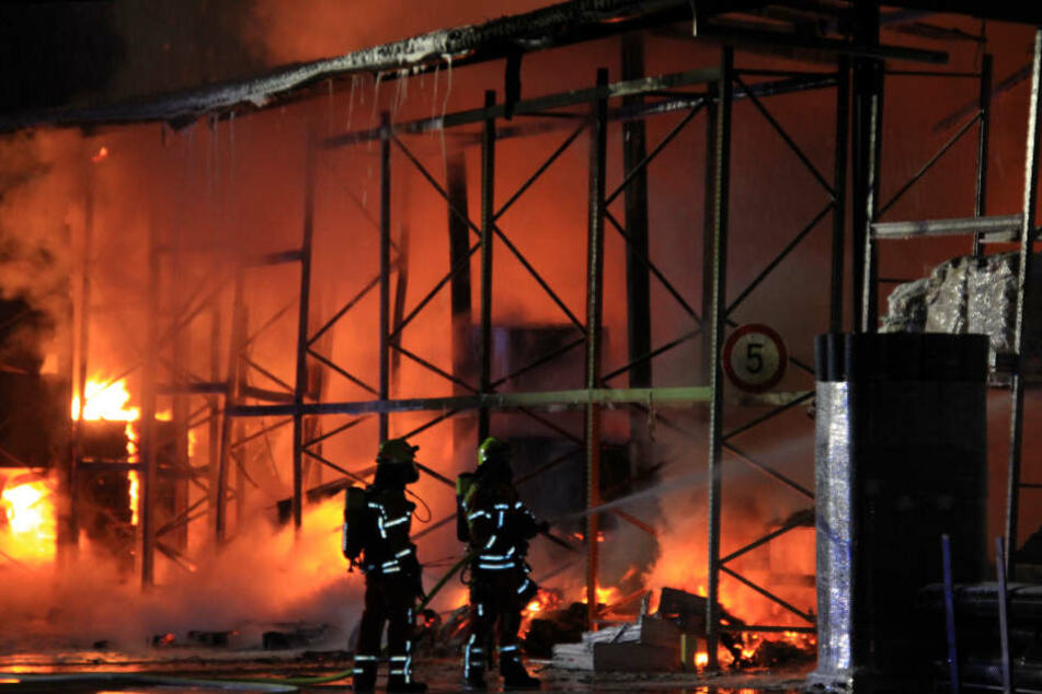 Die Lagerhalle stand beim Eintreffen der Feuerwehr bereits in Vollbrand.