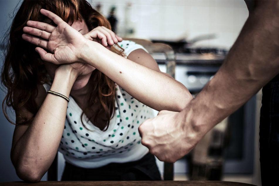 Erst verprügelte er seine Frau, dann randalierte der 27-Jährige im Haus. (Symbolbild)