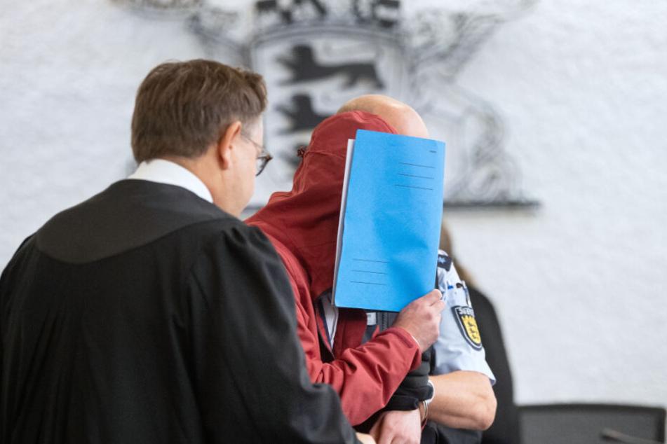 Der mittlerweile 21-Jährige aus Stuttgart ist wegen Mordes angeklagt.