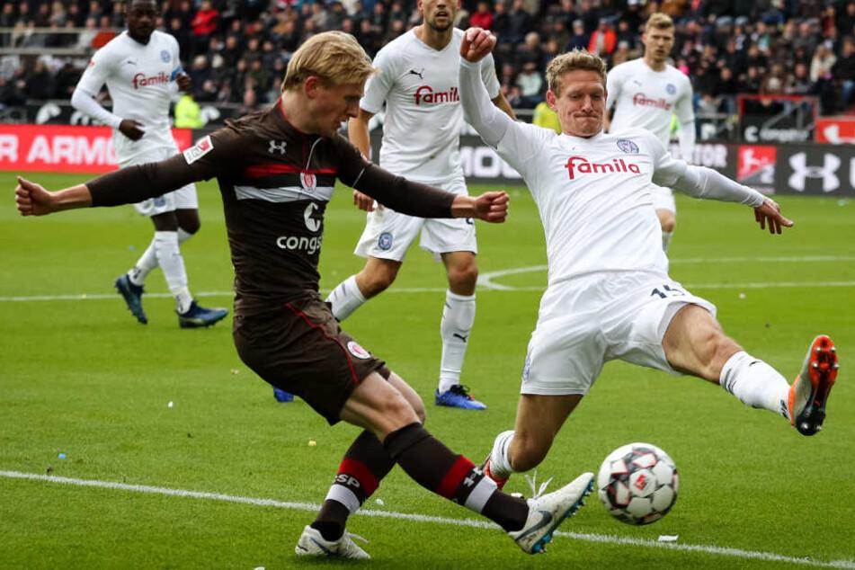 St. Paulis Mats Möller Daehli (links) und Kiels Johannes van den Bergh kämpfen um den Ball.