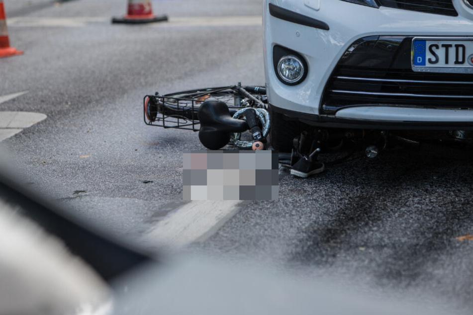 Auf der Straße waren Blutspuren der Frau zu sehen. Ein Schuh der Radfahrerin lag noch unter dem Auto.