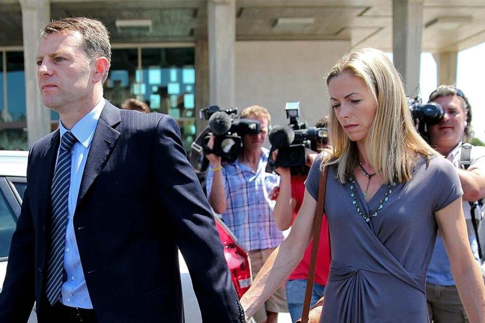 Kate und Gerry McCann im Juni 2014 umringt von Reportern.
