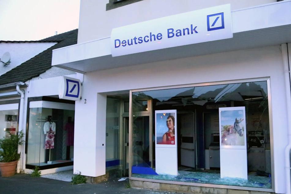 In dieser Bankfiliale sprengten die unbekannten Räuber einen Geldautomaten.