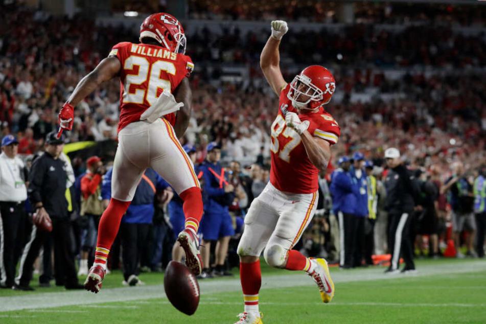 Damien Williams (l.) und Travis Kelce feiern den Titel der Chiefs.