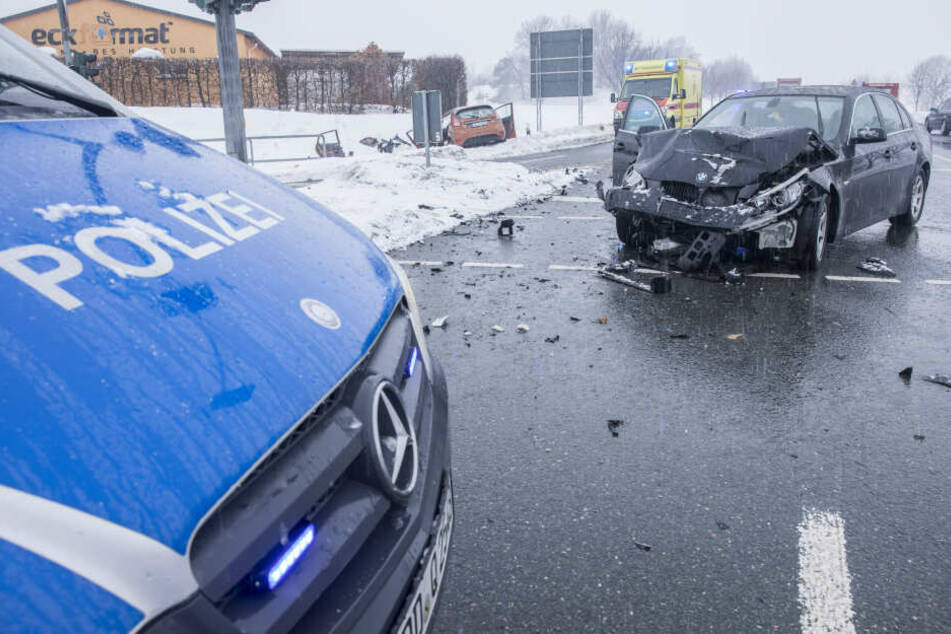 Ein BMW krachte frontal in einen Ford.