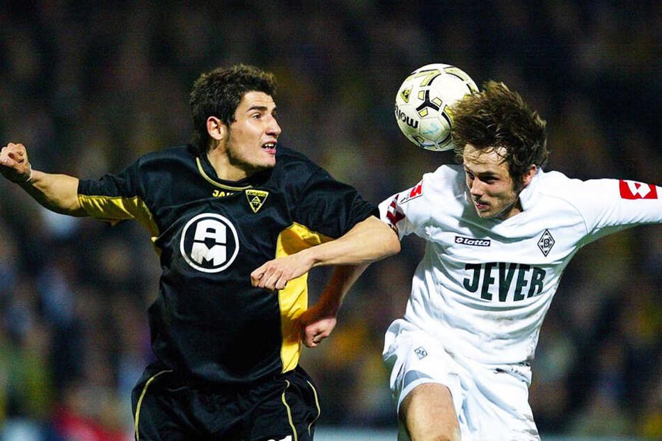 DFB-Pokal-Halbfinale 2004: Aachens Cristian Fiel (l.) im Zweikampf mit dem Gladbacher Bernd Korzynietz. Die Alemannen gewannen die Partie mit 1:0.