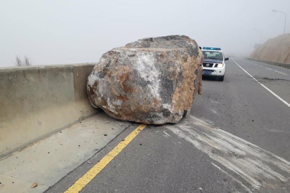 Dieser riesige Fels krachte auf die Straße.