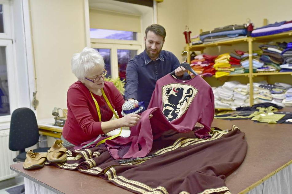In der Werkstatt: Schneiderin Ingrid Beciri (55) mit Olaf Hanemann (40), Geschäftsführer des Mittelsächsischen Kultursommers.