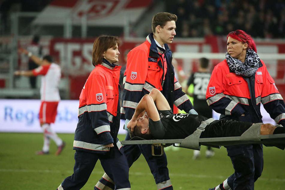 Christoph Göbel verletzte sich ohne Fremdeinwirkung und wurde mittels Trage vom Rasen gebracht.