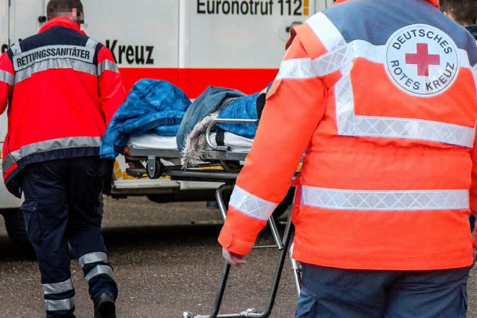 Der Fahrradfahrer kam mit lebensbedrohlichen Verletzungen in eine Klinik (Symbolbild).